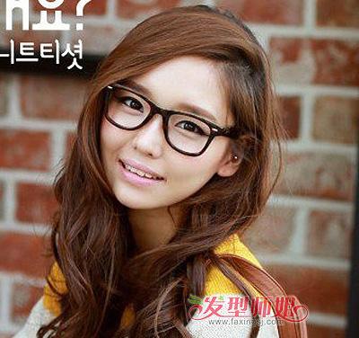 戴眼镜女生可爱发型扎法 戴眼镜圆脸女孩扎什么头发可爱图片
