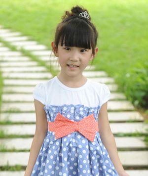 小孩扎头发 小女孩扎甜美花苞头图片