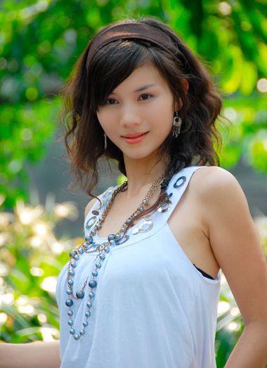 斜刘海-全烫小卷发型图片 中长发小卷发型图片