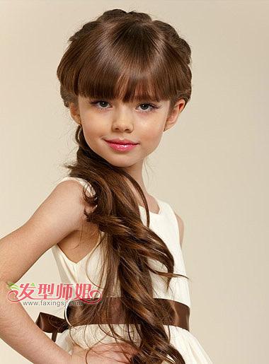 简单编头发发型(4)  时尚与大方并存的小女孩齐刘海编发侧扎马尾造型