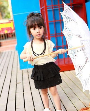 分享到  在夏季,将小女孩的长发随手在头顶上盘成一个松散的包包头图片