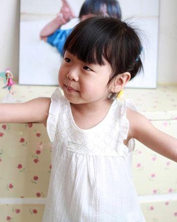短发在发旋的下方扎成中马尾辫,简约而清爽,对于上幼儿园的小女孩很是图片