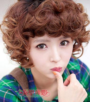 斜 刘海的超短发小卷 烫发发型设计中,斜刘海梳在一侧,上层头发比下层图片