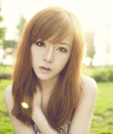 >> 斜刘海柔顺直发发型 适合高中学生斜刘海直发发型  高中大圆脸女生图片