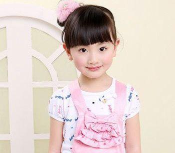 甜美的小女孩的这款侧扎包包头带给人一种夏季的清凉发髻上搭配一款图片