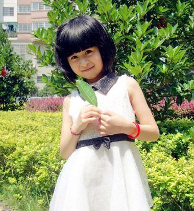 小编点评:梳给小学生的造型设计中,齐刘海的蓬松波波头发型也是十分