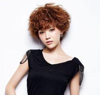 满头小卷时尚卷发发型-最新时尚小卷发型 漂亮清新的小卷发发型图片