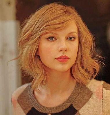 ,梳理成蓬松的卷发波波头发型,清爽中散发出优雅干练的气息。  偏梳及肩中短波波头直发 这款短发波波头很是飘逸灵动,在长直发的基础上将发丝剪短成整齐的偏梳波波头短发,丰盈的发丝很是柔顺,轻轻一动,发丝就随性散落,衬托着清丽的脸庞,尽显女生淡雅如水的气质。