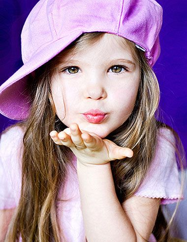 身穿波点卫衣的小女孩,齐 刘海梳在额头脸颊上,两边的头发自然细碎,梳