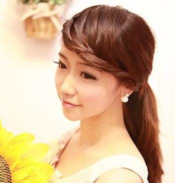 十分简单甜美的一款 刘海编发发型,从发顶一侧取出三束发丝围绕额头