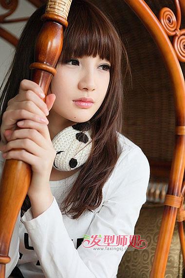 大圆脸女生齐 刘海 中长发直发发型,刘海梳在额头上,双肩都是柔顺的