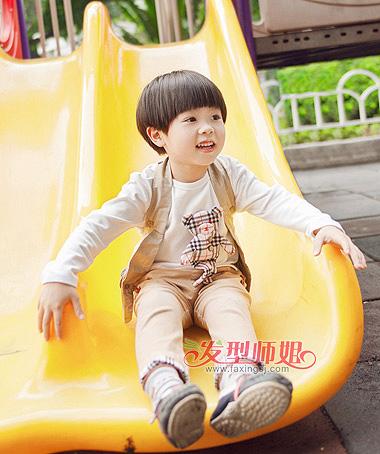 但在两个耳朵的上层,前方,都留有一定的棱角,尖锐角形状的韩国男儿童图片