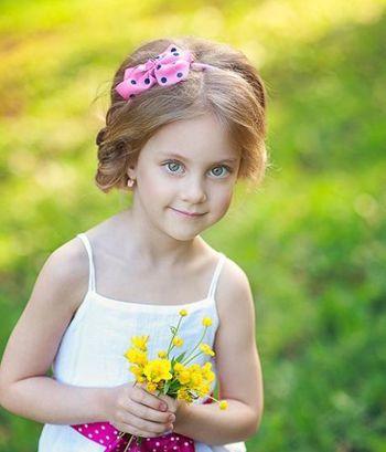 扎漂亮儿童发型教程  这款简单儿童盘发发型,是将小女孩的丰盈长 直发图片