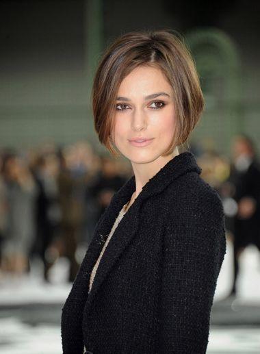 用柔顺的 直发来展现中老年气质,中老年无刘海偏分 短发发型,足够展现图片