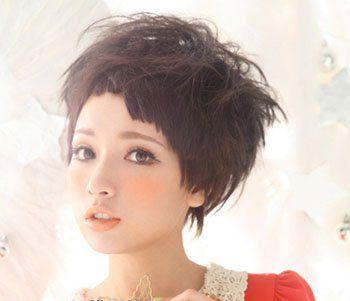 这款发型的 刘海呈现出阶梯状的层次感,完美修饰小巧精致的脸型,加上图片