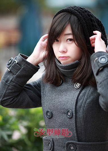 头发对胖人来说也不是很合适,胖人斜刘海中长发梨花头造型,斜