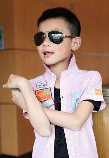 这款韩式寸头发型是一款经典的儿童发型,多年来热度只增不减,主要图片