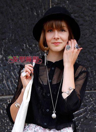内扣的空气刘海增添发型的时尚感,内扣蘑菇头发型带给女生成熟静图片