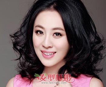 圆脸型适合哪种中分卷发造型 圆脸适合的中分短烫发发型图片(4)