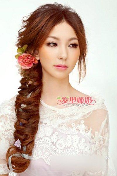 很适合准新娘们呢,编发非常的有层次和美感,而中分的刘海更加的能体现图片