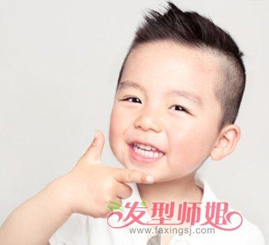 ,简约时尚的发型,让你家的小男孩做完美小天使。  2岁大的男宝宝在夏季,将侧边与脑后发丝直接推成平头,仅保留头顶正上方的短寸,个性十足,又非常的清爽清凉,将大大的包子脸完全的暴露出来,很是可爱活泼呢。  肉呼呼的小脸可见平时吃饭很给力,2岁大的小男孩梳理一款简约的毛寸,清凉舒爽,最适合夏季的一款男孩发型,显得脸庞更加的圆润可爱呢。