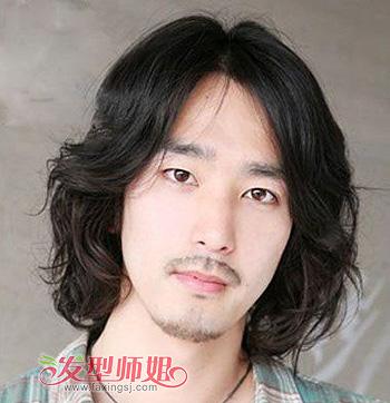 发型师姐编辑:micky 分享到  这款中分的男士卷发发型很有一股艺术家
