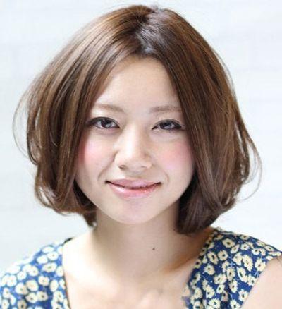发型师姐编辑:lisa 分享到  这款日式的中分短烫发对于中年长脸女来讲图片