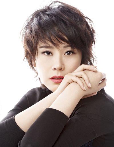 中年斜刘海层次蓬松烫发发型-适合中老年妇女的发型 中老年短发发型