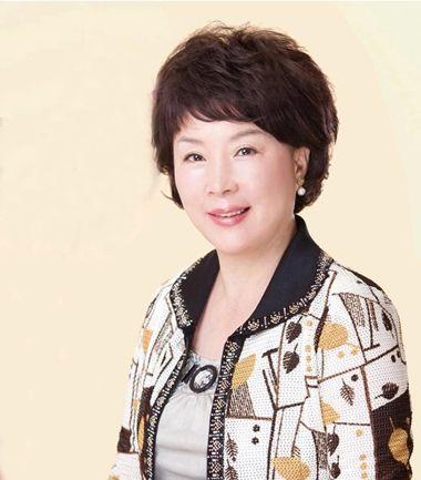 大圆脸中老年女士非常适合这款韩国短发发型,将刘海剪的短短的,散落在
