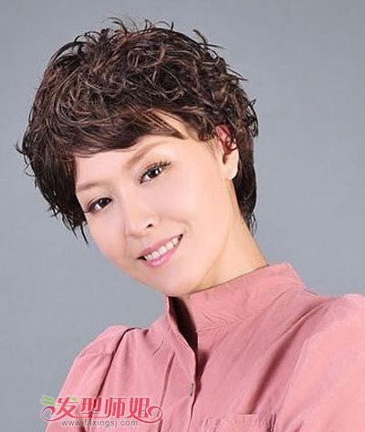 中老年女士蓬松小卷发型-小脸中老年女士适合什么发型 小脸中老年女