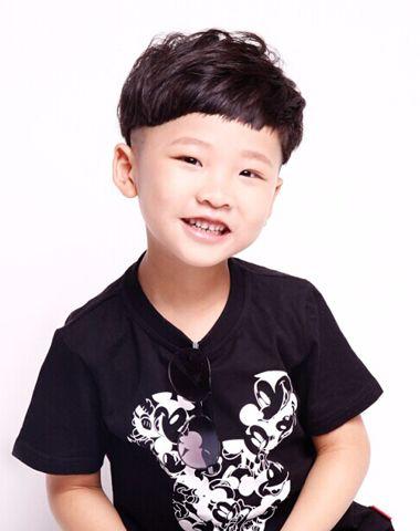 帅的小男孩�yg�_三到五岁小男孩夏季