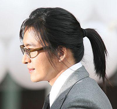 艺术家的气息呢,额前的刘海更为的修颜呢,搭配上眼镜,男生既斯文又