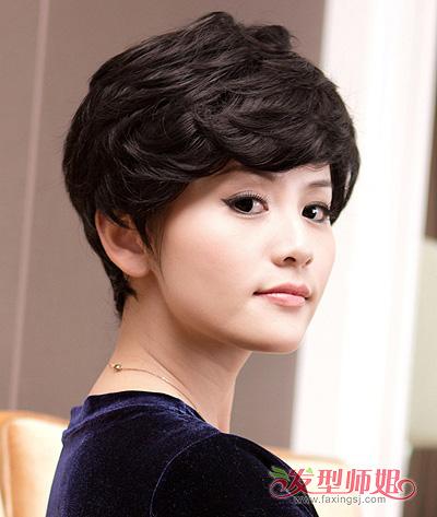 纹理烫烫发技艺,打造这款更显女士素雅大方气质的简洁短发造型,深棕色