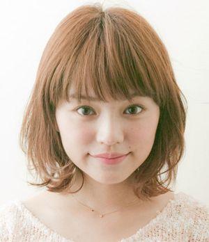 下面这款中学生圆脸中发发型扎法,最适合及肩 短发的圆脸女生了,简单图片