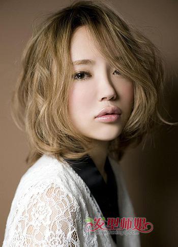 这款蓬松的烫发发型搭配女生大脸的脸型再合适不过,蓬松的发卷稍稍掩图片