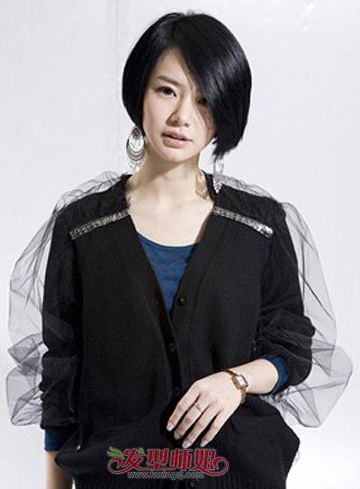 这款女生斜分刘海短发沙宣头造型,长长的斜分刘海遮挡住女孩子一部分图片