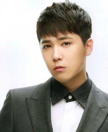 韩版男生 圆脸适合的发型设计,刘海梳在额头上,线条比较柔顺,发顶的图片