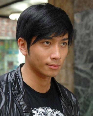 黑色头发对头型的修饰也是要注意的,男生不染不烫斜梳层次短发发型图片