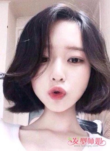 学生气息浓重的圆脸女生中分发型,质感的黑色短发自然的散落,呈现出图片