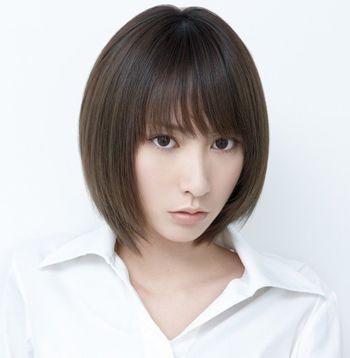 瘦长脸女生不妨梳理一款斜刘海学生头短发发型,用沙宣美发技术与纹理图片