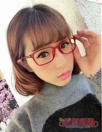刘海搭配上大框的眼镜打造出呆萌可爱的淑女形象