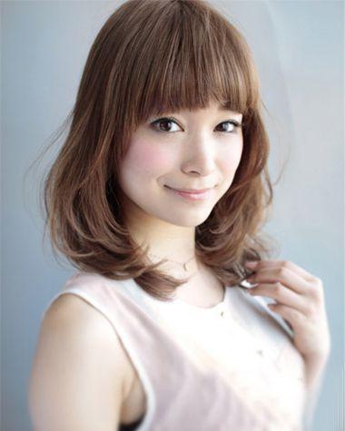 女生短发发型,斜 刘海拢在额头一侧,线条比较蓬松,外层的头发自然梳外图片