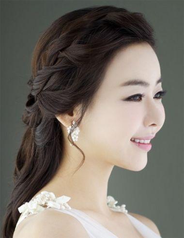剩余头发都拢到脑后,在梳后侧头发的过程中,做成扭转的发卷,简单发型图片