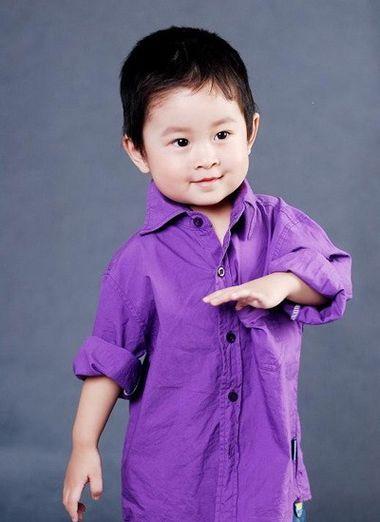 三岁小男孩斜梳短发发型-三四岁男宝宝发型好看图片 三岁男孩发型大