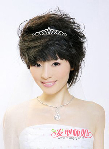 发型师姐编辑:micky 分享到  这是一款适合大脸新娘的 短发盘发发型图片