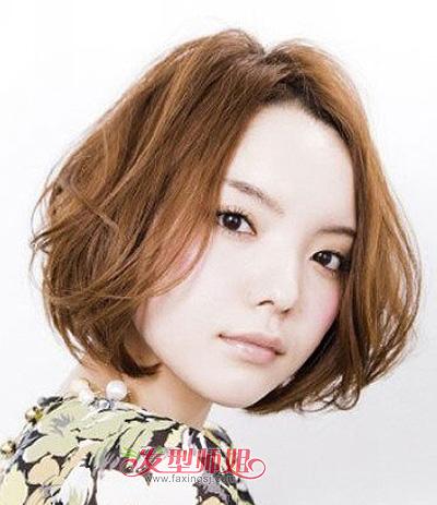 脸大女生中分 斜刘海短烫发造型,整齐的中分长刘海自然搭垂在女孩子图片