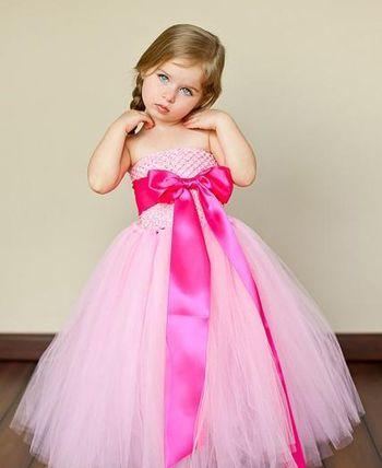 4岁大的女宝宝头发已经长的很长了呢,将长发扎成松散的低 马尾辫,在图片
