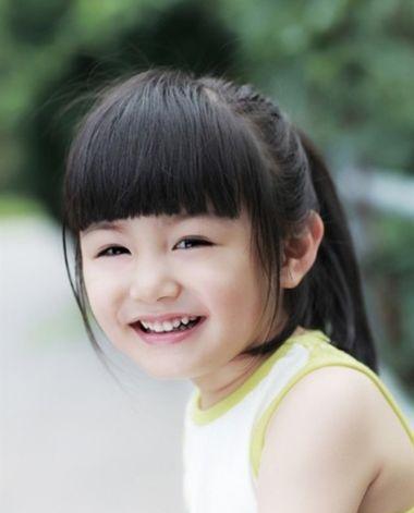 10岁儿童马尾发型扎法  搭配了漂亮发饰的小女孩,扎起来的马尾辫有些