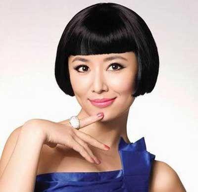 这位齐刘海的自然短直发童花头对于圆脸学生姑娘来讲,是稍微的有些图片