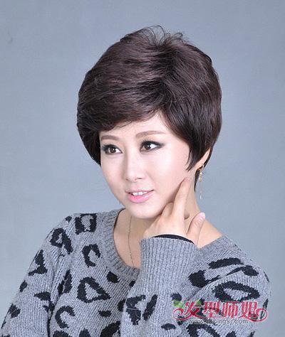 长脸型中老年女性短烫发发型 中老年长脸女士适合的短发图片(3)图片